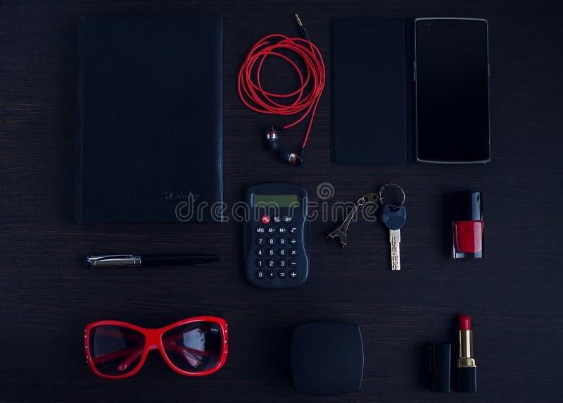 Κόκκινα και μαύρα εξαρτήματα γυναικών στοκ φωτογραφία