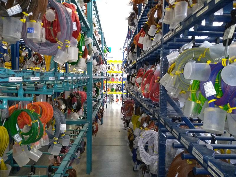 Κόκκινα και μπλε καλώδια, άσπροι, κιτρινοπράσινοι καλώδια και αγωγοί στην αποθήκη εμπορευμάτων στοκ φωτογραφία με δικαίωμα ελεύθερης χρήσης