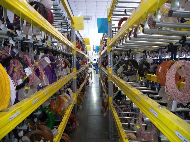 Κόκκινα και μπλε καλώδια, άσπροι, κιτρινοπράσινοι καλώδια και αγωγοί στην αποθήκη εμπορευμάτων στοκ εικόνες