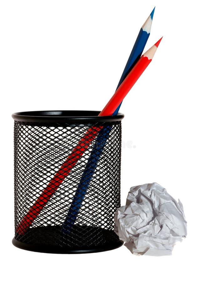 Κόκκινα και μπλε μολύβια στον κάτοχο και τη σφαίρα στοκ φωτογραφίες