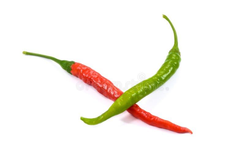Κόκκινα και πράσινα καυτά πιπέρια τσίλι στο άσπρο υπόβαθρο στοκ εικόνα