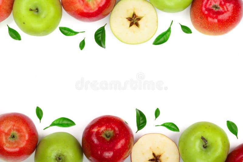 Κόκκινα και πράσινα μήλα που διακοσμούνται με τα φύλλα που απομονώνονται στο άσπρο υπόβαθρο με το διάστημα αντιγράφων για το κείμ στοκ φωτογραφίες με δικαίωμα ελεύθερης χρήσης