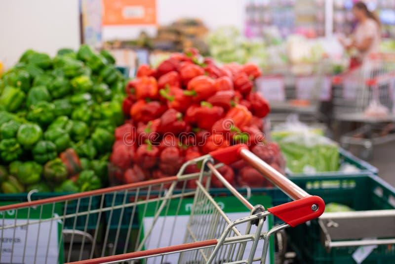 Κόκκινα και πράσινα πιπέρια Επιδειγμένος σε έναν στάβλο αγοράς στοκ φωτογραφίες με δικαίωμα ελεύθερης χρήσης