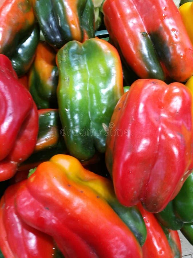 Κόκκινα και πράσινα πιπέρια στην αγορά αγροτών στοκ φωτογραφία