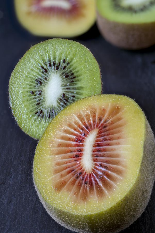 Κόκκινα και πράσινα kiwifruits στοκ φωτογραφίες με δικαίωμα ελεύθερης χρήσης