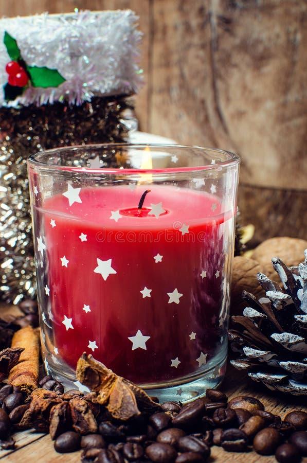 Κόκκινα κερί και καρύκευμα Χριστουγέννων στοκ εικόνα