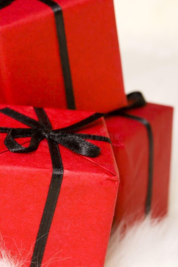 Κόκκινα κιβώτια δώρων στοκ φωτογραφίες