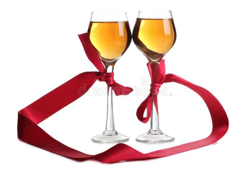 Κόκκινα κορδέλλα και κρασί ένα στοκ φωτογραφίες με δικαίωμα ελεύθερης χρήσης