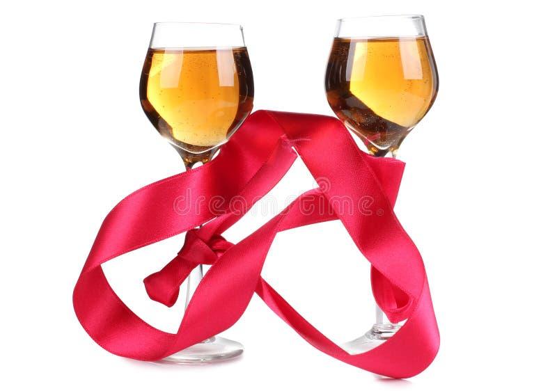 Κόκκινα κορδέλλα και κρασί έξι στοκ εικόνες