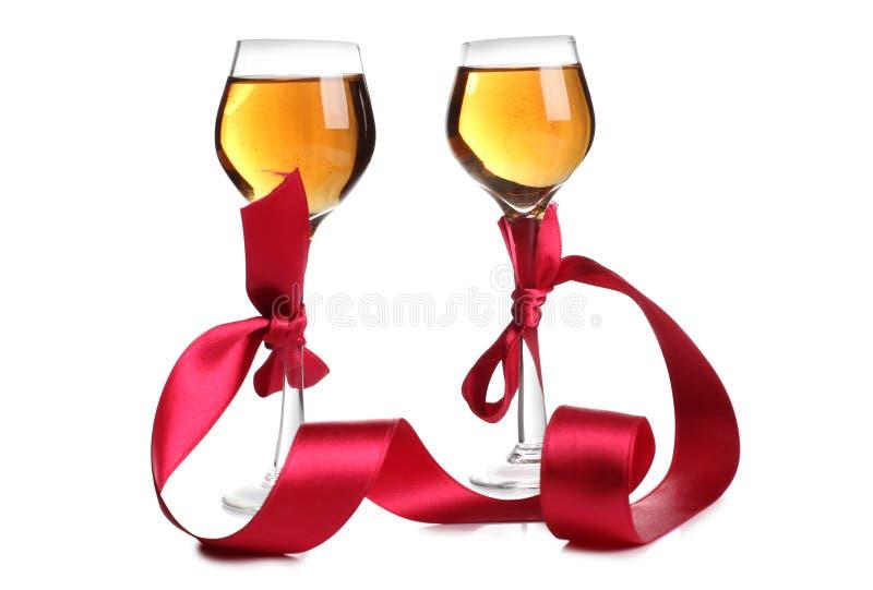 Κόκκινα κορδέλλα και κρασί πέντε στοκ εικόνες