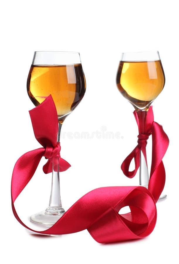 Κόκκινα κορδέλλα και κρασί τέσσερα στοκ εικόνες με δικαίωμα ελεύθερης χρήσης