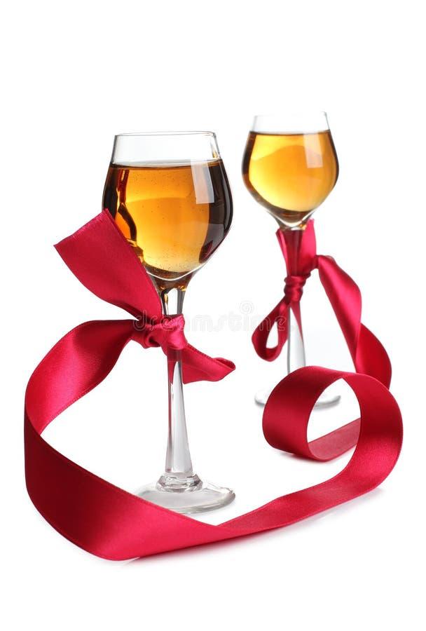 Κόκκινα κορδέλλα και κρασί τρία στοκ φωτογραφίες με δικαίωμα ελεύθερης χρήσης