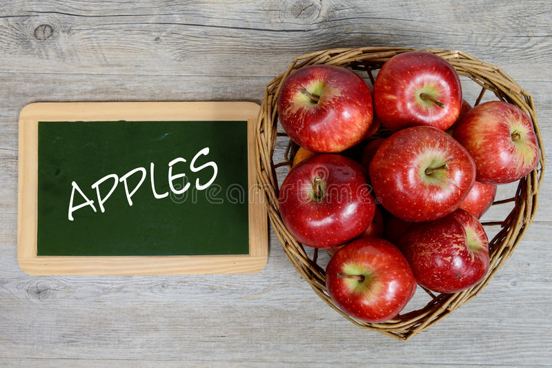 Download Κόκκινα μήλα στο καλάθι με μια μικρή πλάκα Στοκ Εικόνα - εικόνα από juicy, υγεία: 62701213