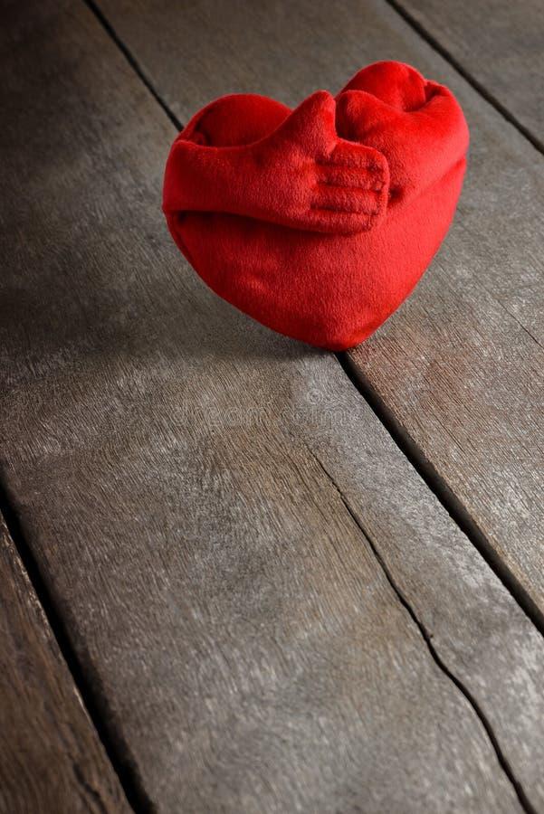 Κόκκινα μαξιλάρια μορφής καρδιών στο ξύλινο υπόβαθρο στοκ εικόνα με δικαίωμα ελεύθερης χρήσης
