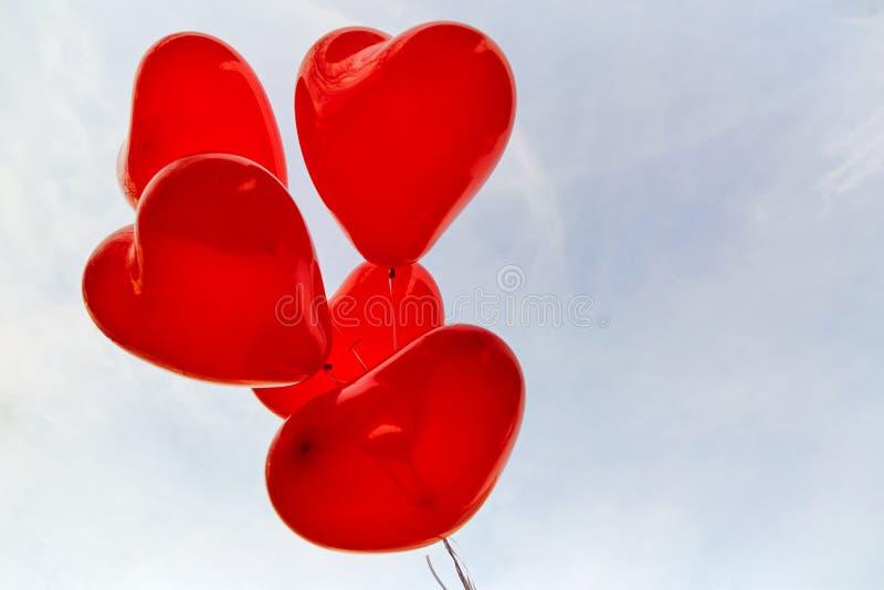 Κόκκινα μπαλόνια καρδιών σε ένα υπόβαθρο του ουρανού στοκ φωτογραφίες με δικαίωμα ελεύθερης χρήσης