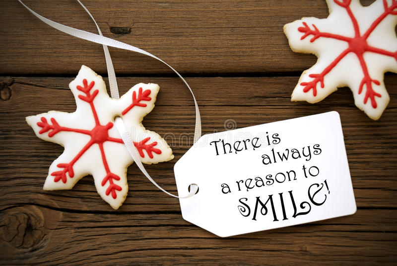 Κόκκινα μπισκότα αστεριών Χριστουγέννων με το απόσπασμα ζωής σε το στοκ φωτογραφίες με δικαίωμα ελεύθερης χρήσης