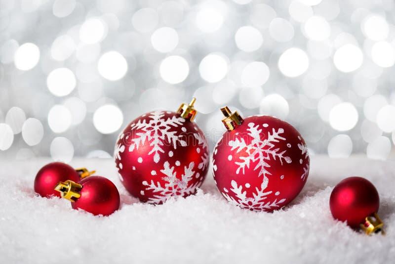Κόκκινα μπιχλιμπίδια Χριστουγέννων στο λαμπρό υπόβαθρο Πολύ ρηχό βάθος του πεδίου Εκλεκτική εστίαση στοκ φωτογραφίες με δικαίωμα ελεύθερης χρήσης
