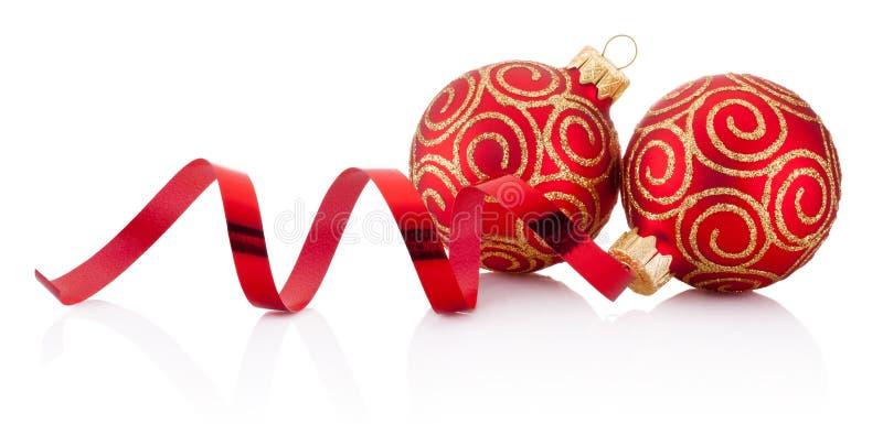 Κόκκινα μπιχλιμπίδια διακοσμήσεων Χριστουγέννων και κατσαρώνοντας έγγραφο που απομονώνονται στοκ φωτογραφία