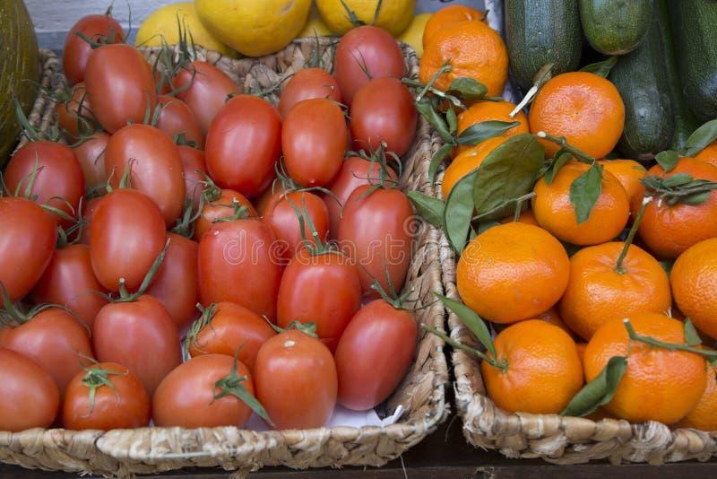 Κόκκινα ντομάτες δαμάσκηνων και πορτοκάλι κινεζικής γλώσσας στο στάβλο αγοράς, Majorca στοκ φωτογραφία με δικαίωμα ελεύθερης χρήσης