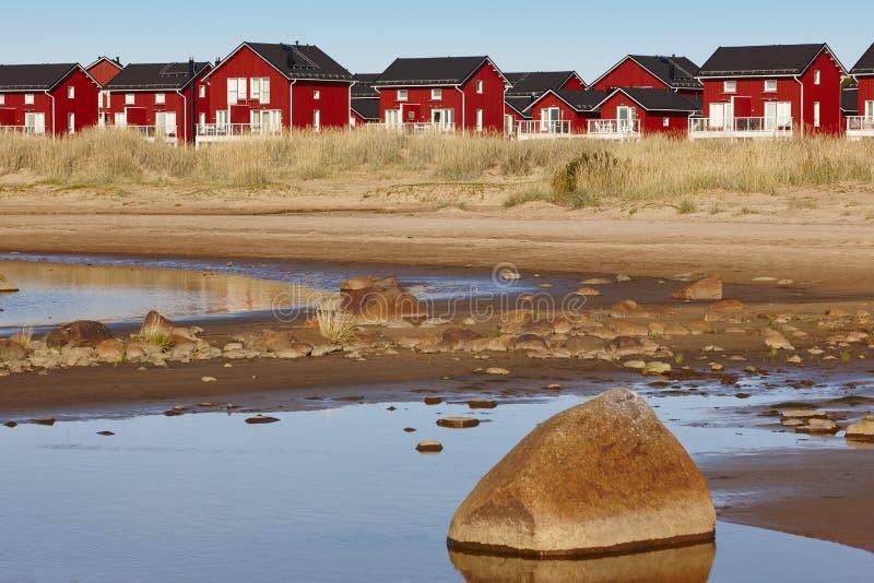 Κόκκινα ξύλινα σπίτια κοντά στην παραλία Marjaniemi, νησί Hailuoto Finlan στοκ φωτογραφίες