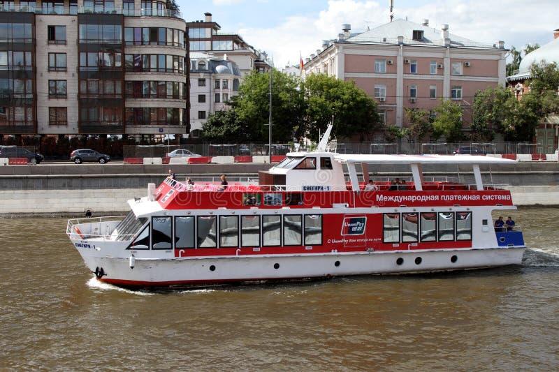 Κόκκινα πανιά σκαφών αναψυχής κατά μήκος του ποταμού της Μόσχας στοκ φωτογραφία