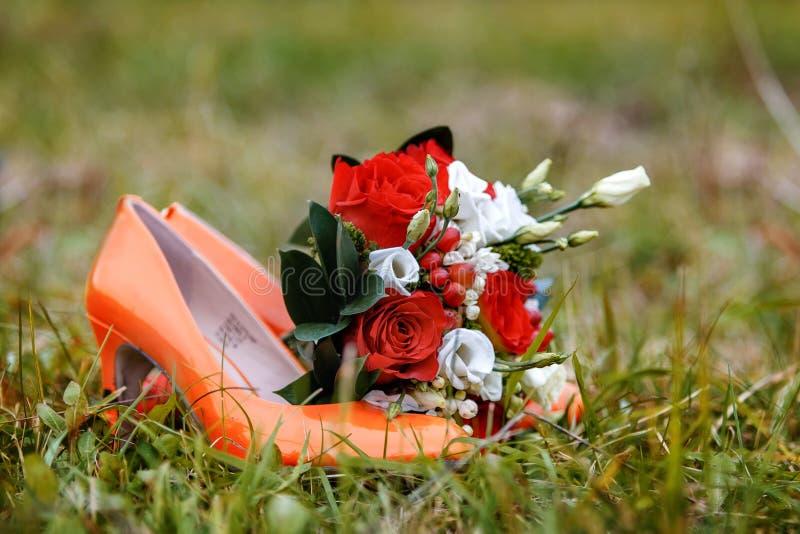 κόκκινα παπούτσια λουλ&omic στοκ εικόνα