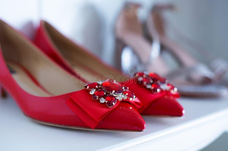 Κόκκινα παπούτσια πολυτέλειας γυναικών ` s στο αντίθετο κατάστημα παπουτσιών στοκ φωτογραφία με δικαίωμα ελεύθερης χρήσης