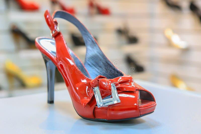 Κόκκινα παπούτσια πολυτέλειας γυναικών στοκ εικόνες