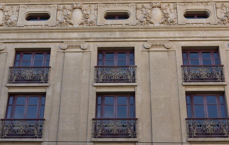 Κόκκινα παράθυρα ενός κτηρίου πετρών, με τις όμορφες λεπτομέρειες S João National Theater, Πόρτο, Πορτογαλία στοκ φωτογραφία με δικαίωμα ελεύθερης χρήσης