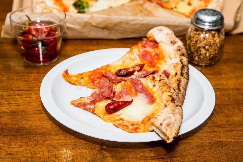 Κόκκινα πιπέρια στις φέτες της πίτσας στοκ εικόνες με δικαίωμα ελεύθερης χρήσης