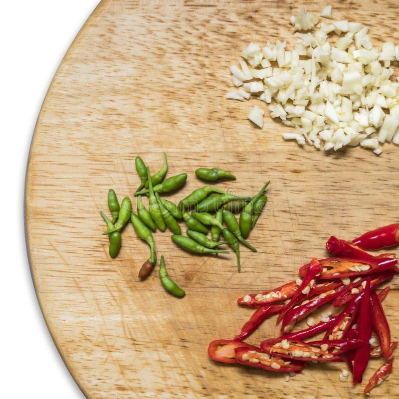 Κόκκινα, πράσινα πιπέρια τσίλι και garlics στοκ φωτογραφία με δικαίωμα ελεύθερης χρήσης