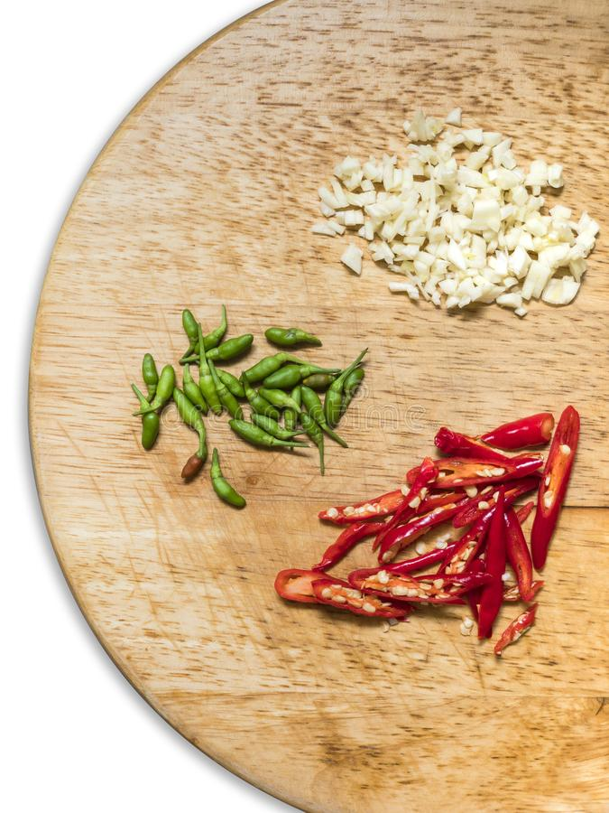 Κόκκινα, πράσινα πιπέρια τσίλι και garlics στοκ εικόνα
