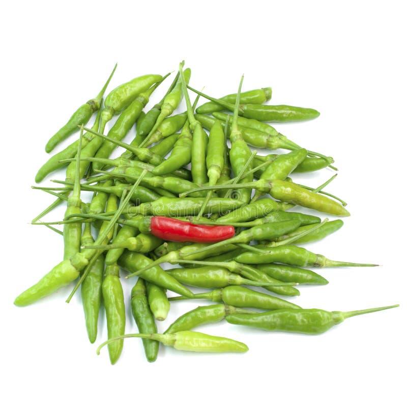 Κόκκινα πράσινα chilis που απομονώνονται στο άσπρο υπόβαθρο στοκ φωτογραφία με δικαίωμα ελεύθερης χρήσης