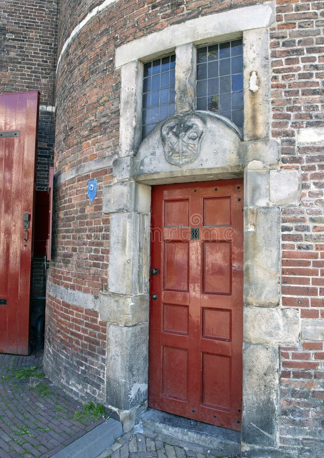 Κόκκινα πόρτα και αέτωμα Stone για τη συντεχνία του σιδηρουργού, σπίτι Waag, Άμστερνταμ, οι Κάτω Χώρες στοκ φωτογραφία με δικαίωμα ελεύθερης χρήσης