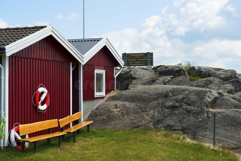 Κόκκινα σπίτια βαρκών στη θάλασσα στοκ φωτογραφία