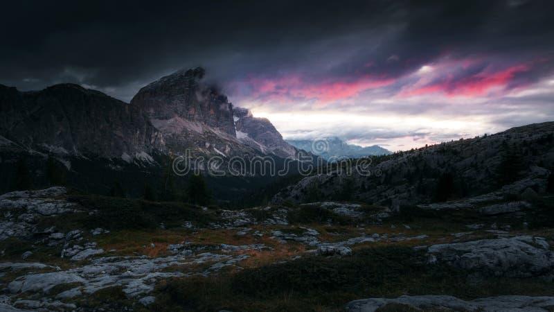 Κόκκινα σύννεφα της ανατολής με το δραματικό τοπίο βουνών στο θόριο στοκ φωτογραφία