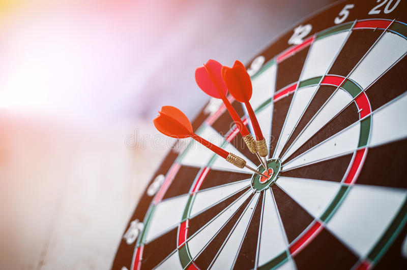 Κόκκινα τρία βέλη βελών στο κέντρο στόχων στοκ φωτογραφία με δικαίωμα ελεύθερης χρήσης