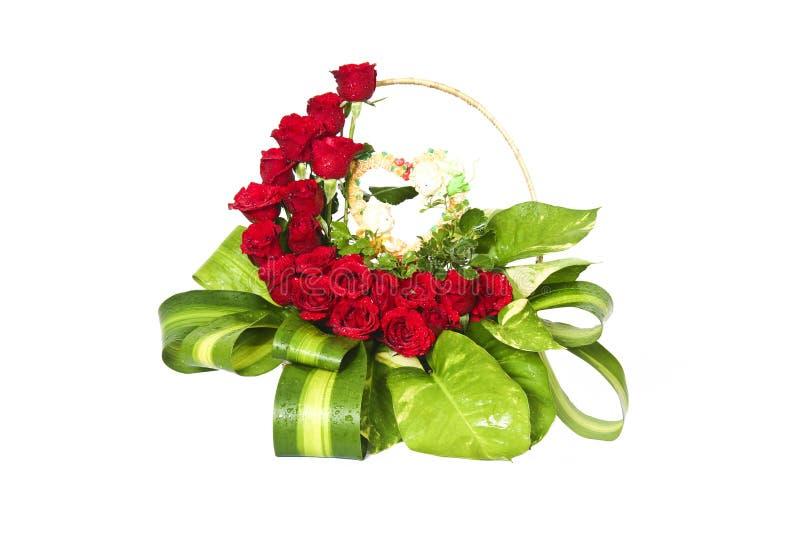 κόκκινα τριαντάφυλλα καλαθιών στοκ εικόνα