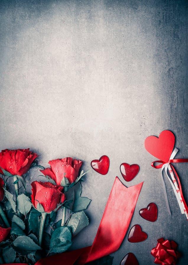 Κόκκινα τριαντάφυλλα με την κορδέλλα και καρδιές στο γκρίζο υπόβαθρο υπολογιστών γραφείου, τοπ άποψη Σχεδιάγραμμα για την ημέρα β στοκ εικόνα με δικαίωμα ελεύθερης χρήσης