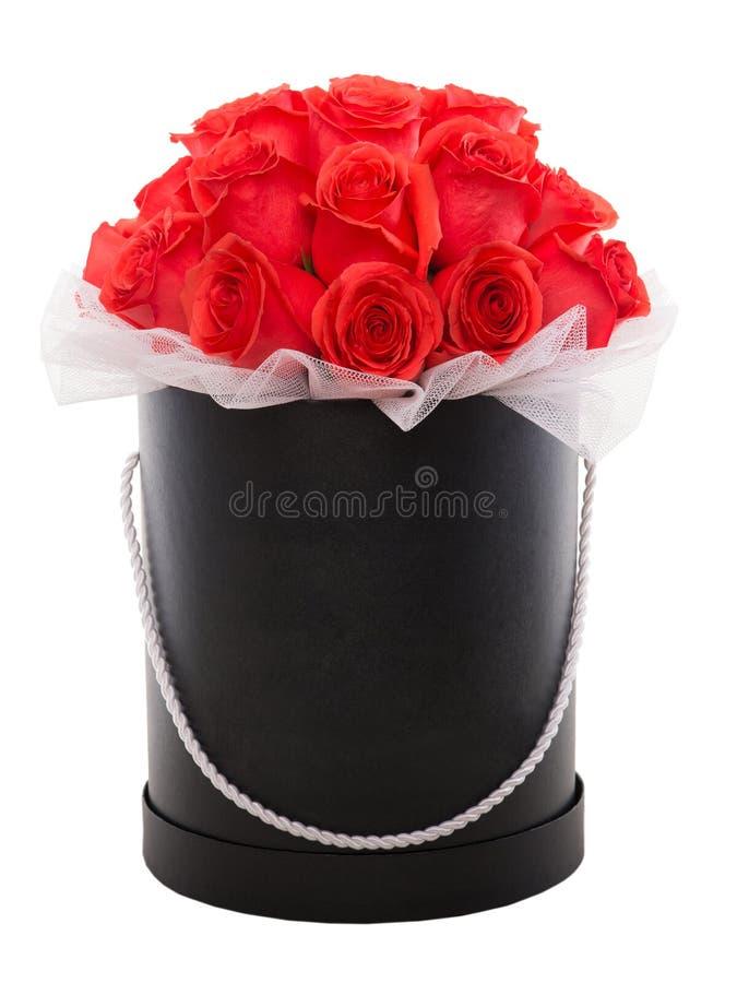 Κόκκινα τριαντάφυλλα στο μαύρο παρόν κιβώτιο πολυτέλειας Κιβώτιο λουλουδιών στοκ φωτογραφία με δικαίωμα ελεύθερης χρήσης
