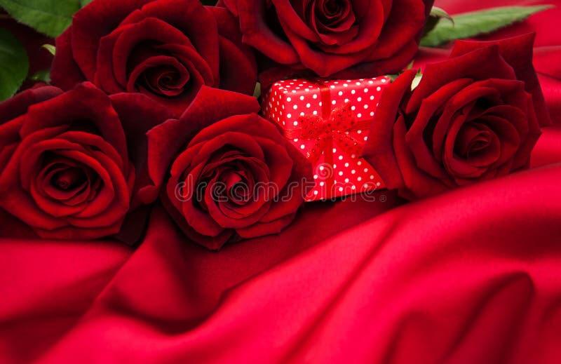 κόκκινα τριαντάφυλλα δώρ&omega στοκ εικόνες