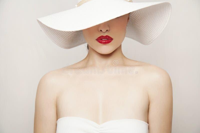 Κόκκινα χείλια και άσπρο καπέλο στοκ εικόνα με δικαίωμα ελεύθερης χρήσης