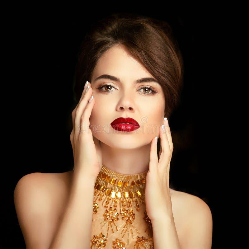 Κόκκινα χείλια makeup Πορτρέτο κοριτσιών ομορφιάς Κομψή κυρία στο χρυσό Δρ στοκ φωτογραφίες