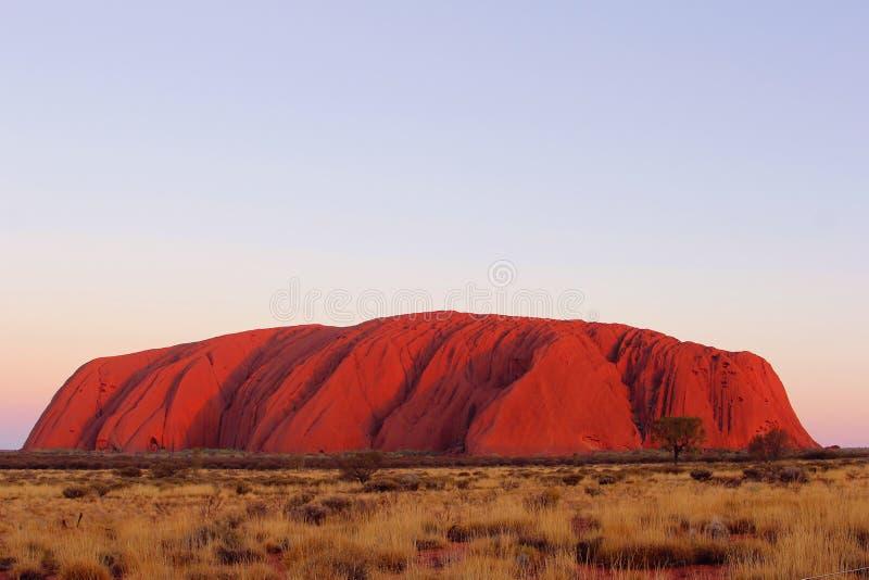 Κόκκινα χρώματα ηλιοβασιλέματος του βράχου Uluru Ayers, Αυστραλία στοκ φωτογραφίες