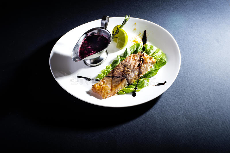 Download Κόκκινα ψάρια με τη σάλτσα στοκ εικόνα. εικόνα από γεύμα - 62715755