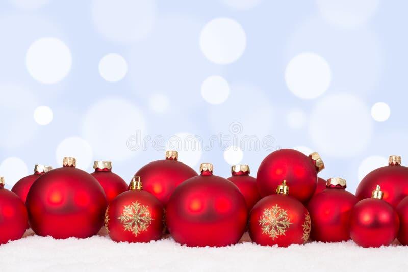 Κόκκινες διακοσμήσεις σφαιρών καρτών Χριστουγέννων με το copyspace στοκ φωτογραφία