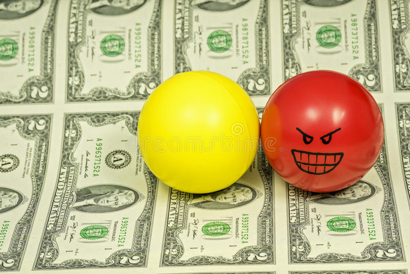 Κόκκινες και κίτρινες σφαίρες πίεσης με την προσωπικότητα στα χρήματα στοκ εικόνες με δικαίωμα ελεύθερης χρήσης