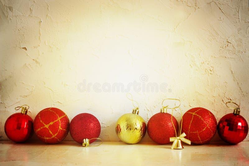 Κόκκινες και κίτρινες σφαίρες σύνθεσης Χριστουγέννων, snowflakes σε ένα ελαφρύ υπόβαθρο κόκκινος τρύγος ύφους κρίνων απεικόνισης  στοκ εικόνες