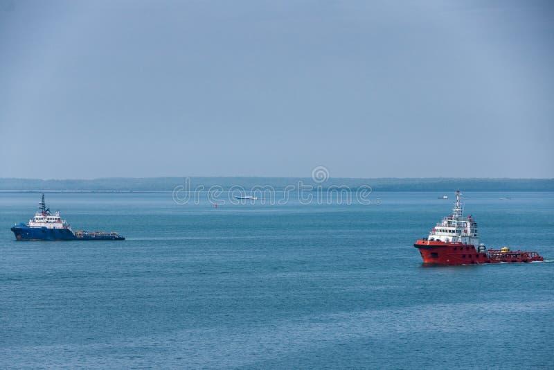 Κόκκινες και μπλε βάρκες ρυμουλκών στην μπλε θάλασσα, Δαρβίνος, Αυστραλία στοκ φωτογραφίες