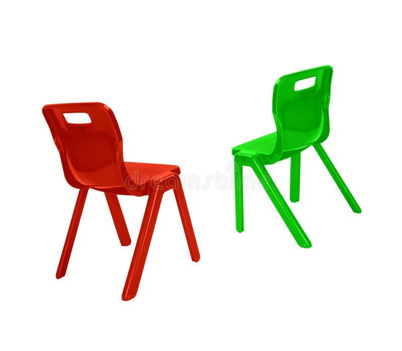 Κόκκινες και πράσινες πλαστικές καρέκλες στοκ φωτογραφία με δικαίωμα ελεύθερης χρήσης